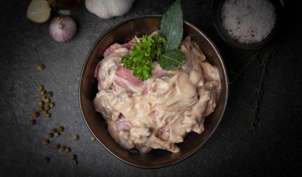 Gekookte tong in saus